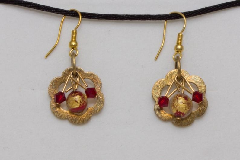 Ces boucles d'oreilles sont composées d'une perle en verre de Murano enfermant une feuille d'or 24 carats ou d'argent 925 agrémentée de deux petites perles en cristal. Elles sont montées sur des attaches en métal garantie sans nickel.