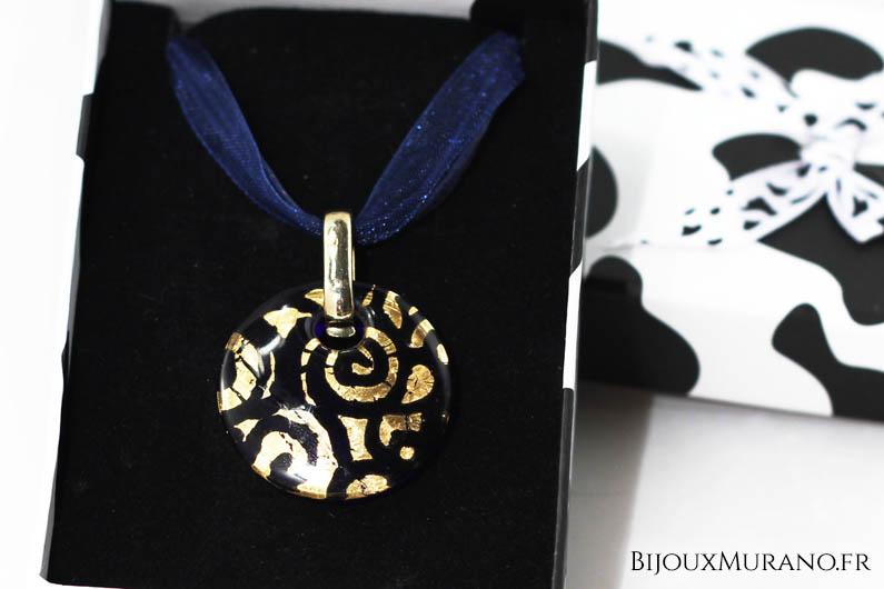 Ce pendentif en verre de Murano est mis en valeur par les magnifiques arabesques en or 24 carats. Celles-ci sont dessinées à l'intérieur même du verre, les rendant inaltérables.  Son verre coloré transparent laisse passer la lumière pour en apprécier encore mieux les nuances. Pour compléter ce très élégant pendentif, nous l'avons monté sur un tour de cou en ruban grâce à une bélière garantie sans nickel.