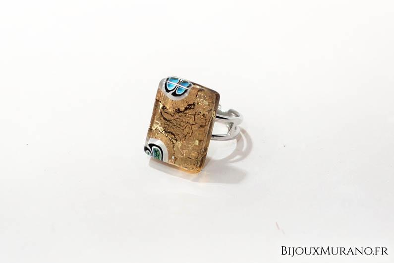 Cette bague en vetrofusione fabriqué à Murano renferme une feuille d'or 24 carats ou d'argent 925 selon le modèle. Des couleurs éblouissantes pour un bijoux qui ne ternira jamais.  A assortir avec nos pendentifs et boucles d'oreilles vetrofusione.