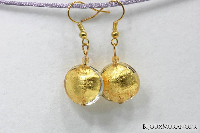 Boucles d'oreilles composées d'une perle de Murano avec feuille d'or 24 carats ou feuille d'argent 925 et d'une perle de cristal. La dimension des perles en font le bijou de tous les jours par excellence: un bijou discret et tout à la fois raffiné.
