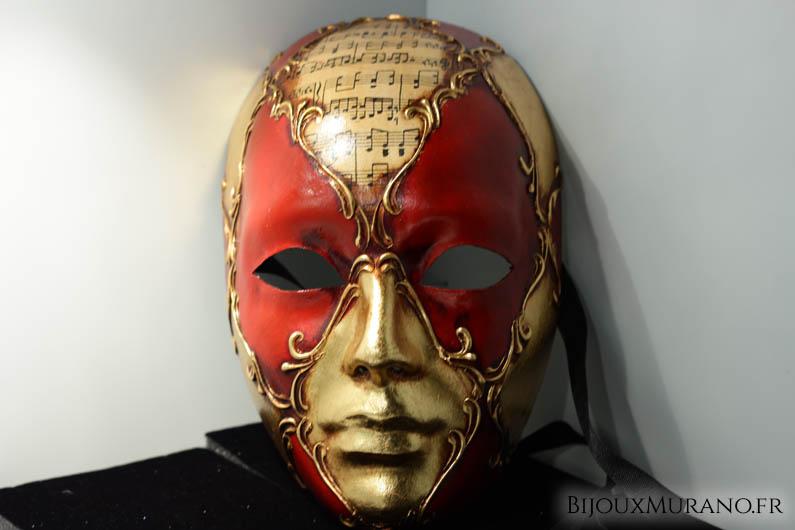 Le plus traditionnel de tous nos véritables masques de Venise réalisés et doré à l'or fin entièrement à la main par les artisans de l'île. Un masque à porter ou pour créer une ambiance vénitienne à votre intérieur.