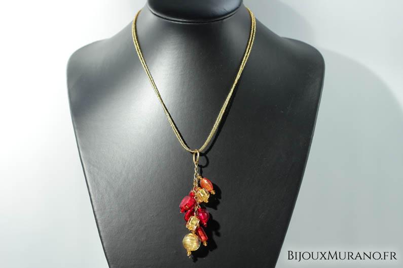 Ce collier à la fois élégant et rafiné à été réalisé par des créatrices de Venise. Il est composé d'un tour du cou en très fines perles de conteria de Venise, et d'une grappe de perles de Murano. Elles renferment chacune une feuille d'or 24 carats ou d'argent 925.