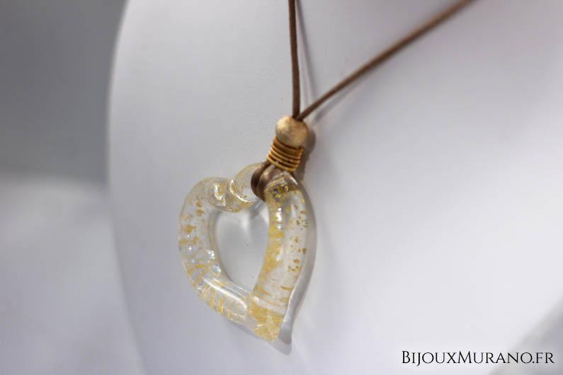 Un cœur d'une grande originalité pour ce bijou en verre Murano intégrant dans sa transparence de fines paillettes de feuilles d'or donnant un éclat unique au bijou.