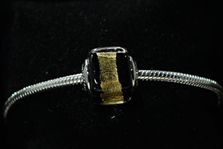 Perle Carrée Noir Et Or