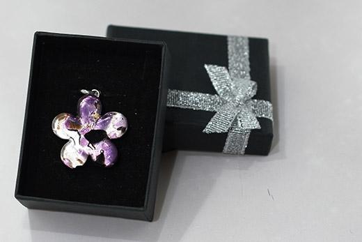 Pendentif Fleur  Tacheté Violet Et Noir