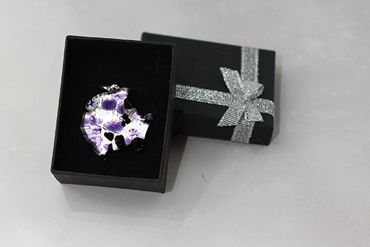 Pendentif Poisson Tacheté Violet Et Noir